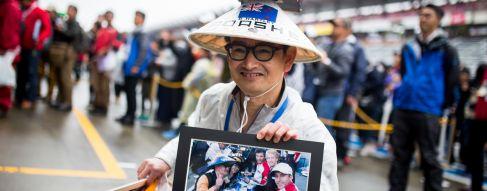 Les fans toujours enthousiastes malgré la pluie (9 photos)