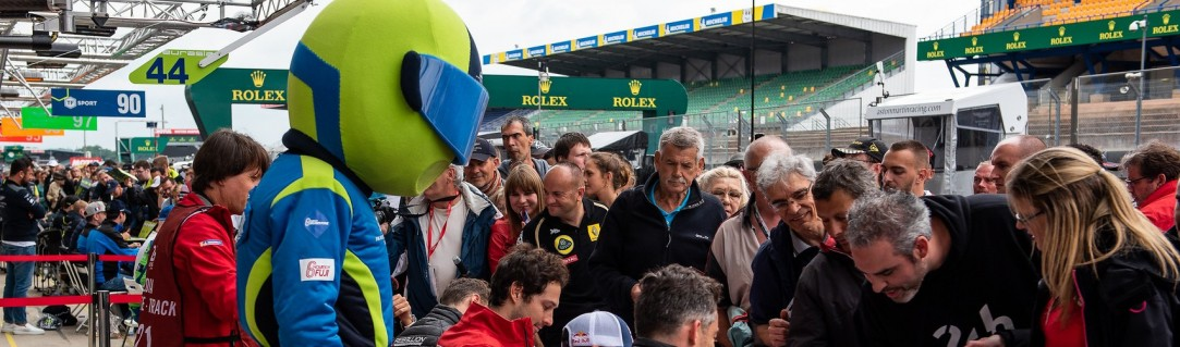 Fans flood to Le Mans for the autograph session